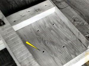Löcher im Boden ermöglichen das Abfließen von eingedrungenem Wasser