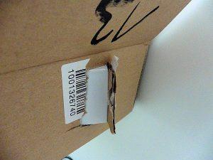 Lieblos verpacktes Smartphone beschädigt Außenverpackung