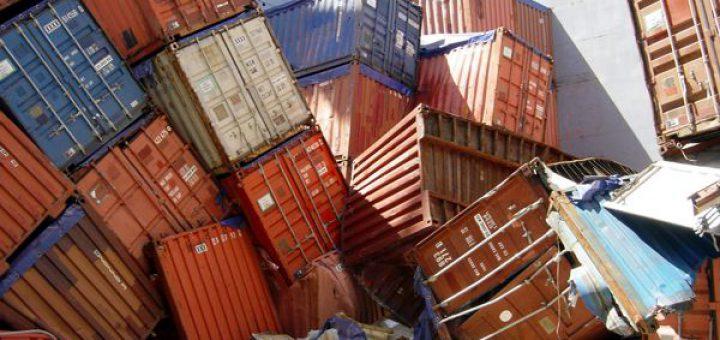 Kollabierter Containerstapel