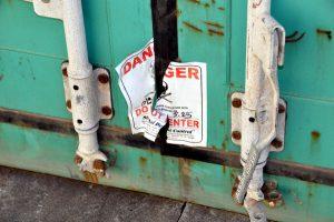 Warnhinweis an einem Container