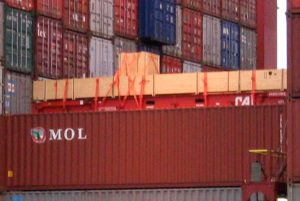 Exportkisten auf Flatrack auf Deck verladen