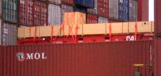 Auf Deck verladene Kisten auf Flatrack