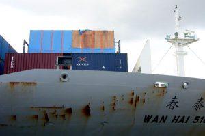 Flatrack mit Kiste auf Containerschiff