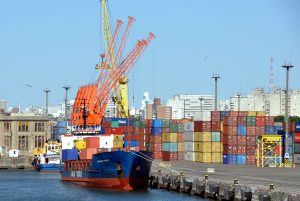 Container auf Feederschiff