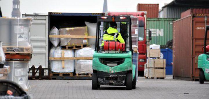 Containerstau von Stückgut im Freien