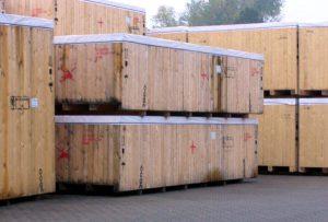 Kisten im Freilager der Bewitterung ausgesetzt