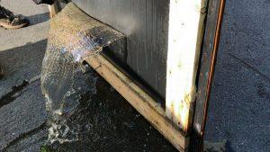 Aus Deckeldichtung tritt Wasser aus - Gefahr von Verpackungsschaden