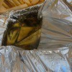 Großer Wassersack in einer geöffneten Kiste. Folge Verpackungsschaden